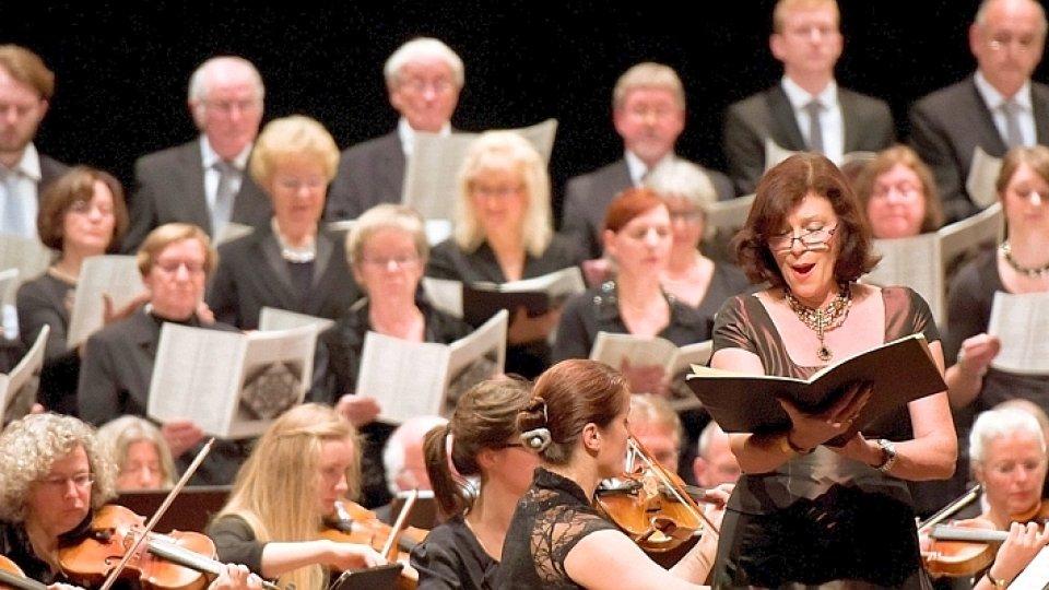 Bild von Solistin vor Orchester und Chor