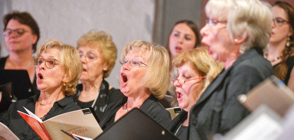 Foto von Sängerinnen beim Singen